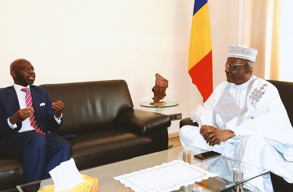 Nvono Ncá conversa con el Embajador de Chad